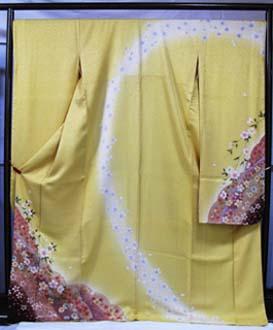 きれいなラメ入りの、山吹色がかった黄色の振袖。袴との組み合わせも素敵です。