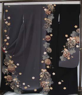 黒とグレーで染め分けされた振袖。女性作家の加山優子さんが創作した昭和をほうふつさせる御殿まり柄の振袖。
