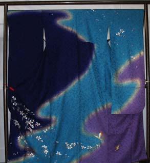 紺紫、ブルー、藤紫色で染め分けされた変わり縮緬の振袖。