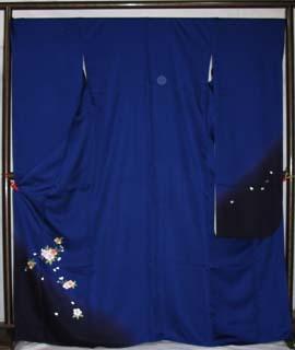 青色地と刺繍で桜を柄にしたすっきりとした振袖。