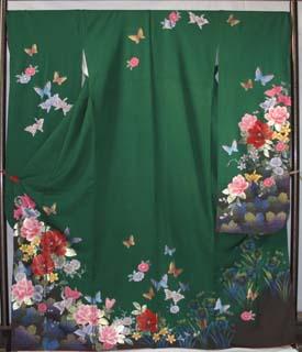 グリーンが鮮やかな柄をはっきりと出した振袖。