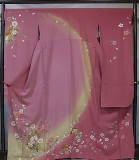 濃淡のピンク系の色で染め分けされた、創作柄を配した振袖。